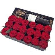Dāvanu kaste ar 15 sarkanām rozēm un sarkanvīnu 13%