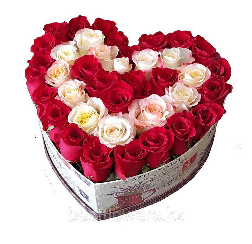 Sarkanu un baltu rožu sirds dāvanu kastē