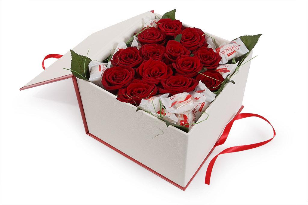 Sarkanas rozes sirds formā ar Raffaello dāvanu kastē