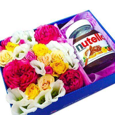 Dāvanu kaste ar raibiem ziediem un šokolādes krēmu Nutella