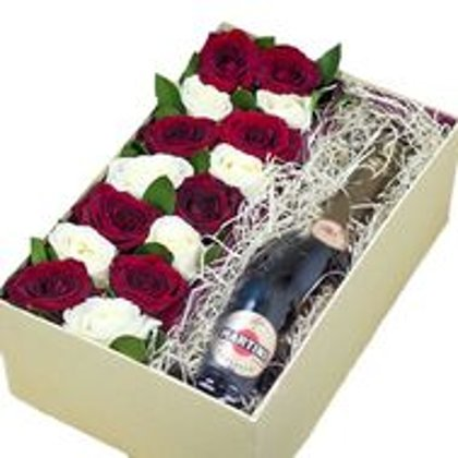 Dāvanu kaste ar 13 sarkanām un baltām rozēm, un Martini 7.5%
