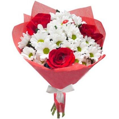 Sarkano rožu un krizantēmu pušķis