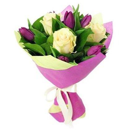 Balto rožu un tulpju pušķis iepakojumā (pēc izvēles 3 dažādi lielumi)