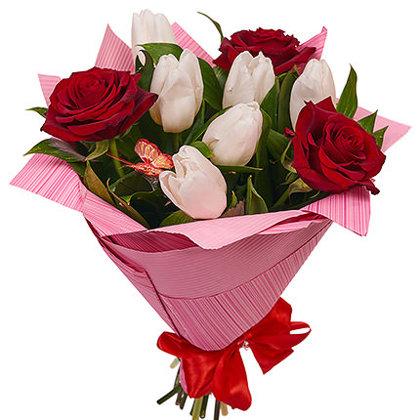 Sarkano rožu un balto tulpju pušķis iepakojumā (pēc izvēles 3 dažādi lielumi)