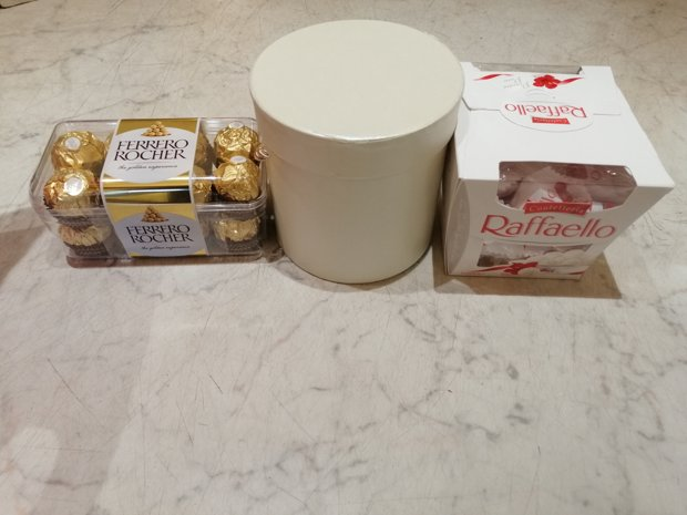 Raffaello un Ferrero Rocher konfektes mazā dāvanu kastītē