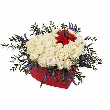 Baltas rozes ar gerberām sirds formas dāvanu kastē