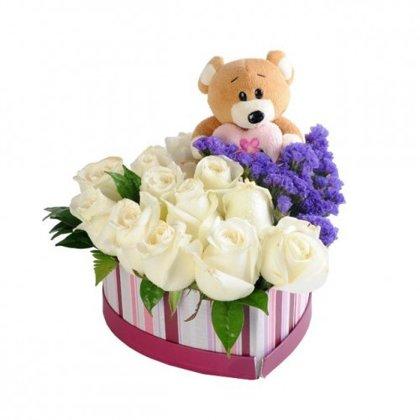 Sirds formas dāvanu kaste ar baltām rozēm un lācīti
