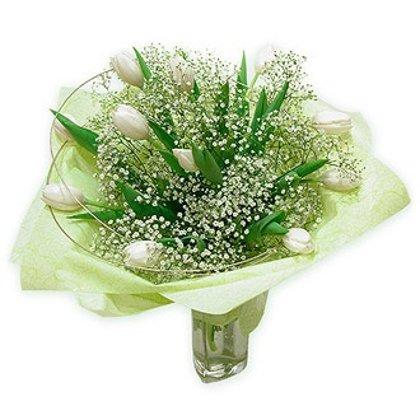 15 baltas tulpes ar zaļumiem iepakojumā