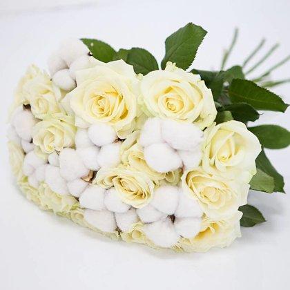 Balto rožu un kokvilnas pušķis