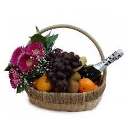 Dāvanu grozs 1 ar ziediem, augļiem un Rīgas šampanieti 11.5%