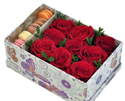 Kvadrāta/taisnstūra formas dāvanu kaste ar rozēm un macaroons cepumiem (pēc izvēles - 3 dažādi lielumi)