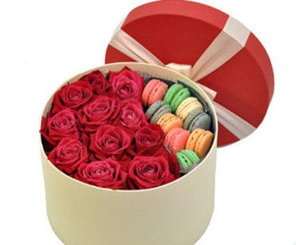 Apaļā dāvanu kaste ar rozēm un macaroons cepumiem (pēc izvēles - 3 dažādi lielumi)