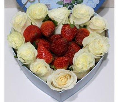 Baltas rozes ar zemenēm sirds formas dāvanu kastē (pēc izvēles - 3 dažādi lielumi)