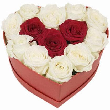 Baltas un sarkanas rozes sirds formas dāvanu kastē (pēc izvēles - 3 izmēri)