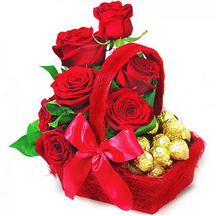 Mazais rožu un konfekšu grozs