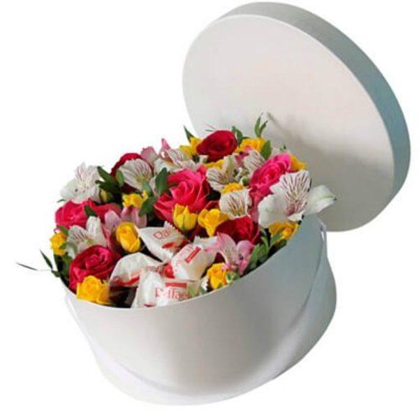 Krāsaini ziedi ar Raffaello apaļā dāvanu kastē