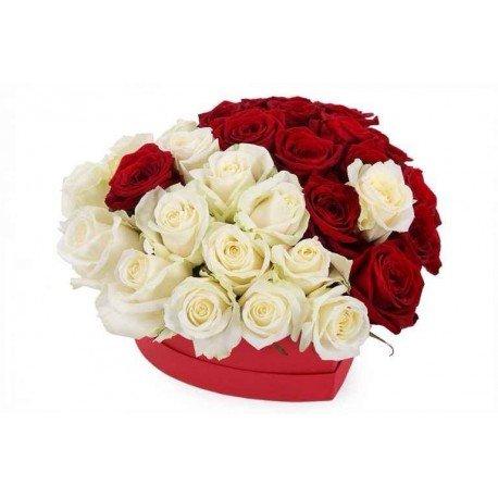 """Rozes sirds formas dāvanu kastē """"Viens vesels"""""""