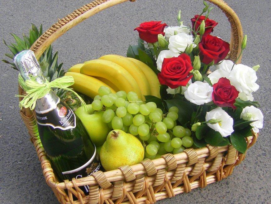 Dāvanu grozs 2 ar ziediem, augļiem un Rīgas šampanieti 11.5%