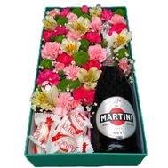 Dāvanu kaste ar dažādiem krāsainiem ziediem, Raffaello un Martini 7.5%