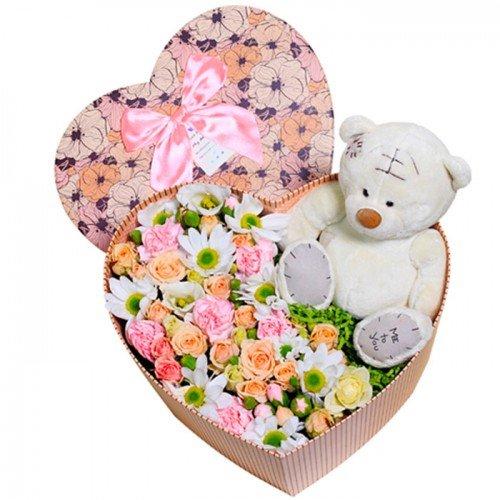 Ziedi maigos toņos ar mīksto rotaļlietu sirds formas dāvanu kastē