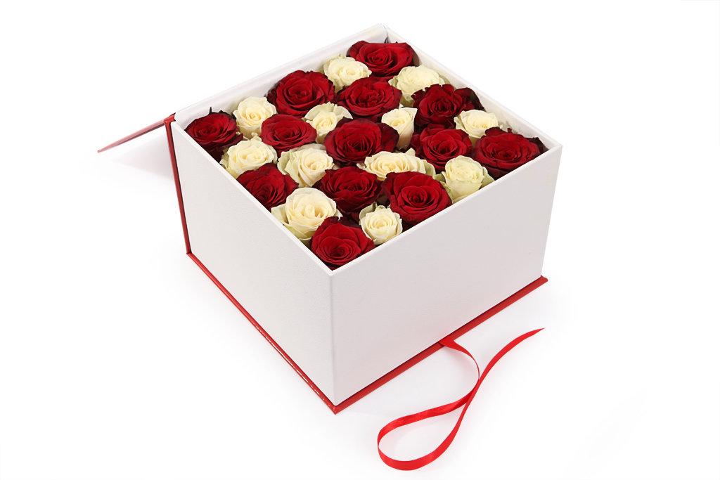 Ziedi dāvanu kastē - šahs